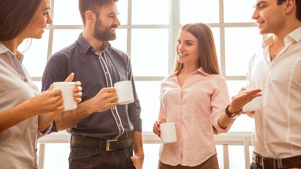 socializeaza cu colegii de munca